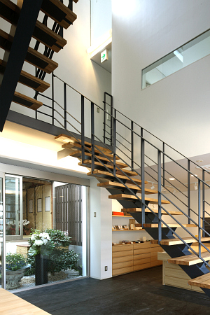 1階から階段.jpg