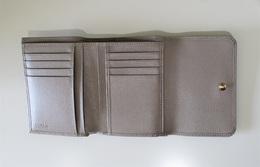 フルラ 二つ折財布 グレー カード入 500px.jpg